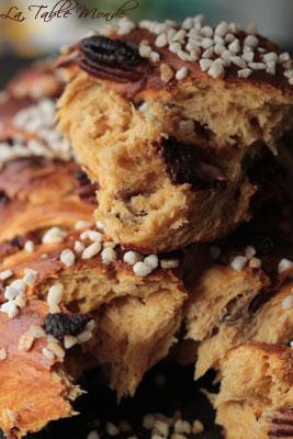 Bricohe doudou caramel, noix de Pécan et pépites de chocolat au lait