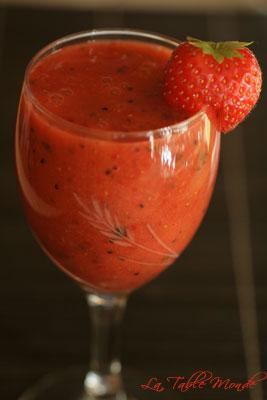 Soupe de fraises et de kiwis au basilic