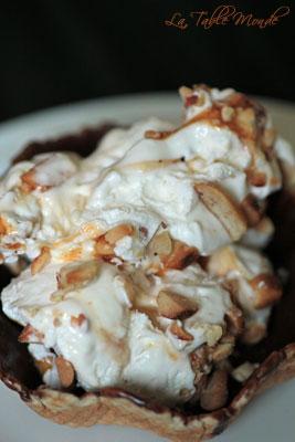 Sundae au caramel et cacahuètes